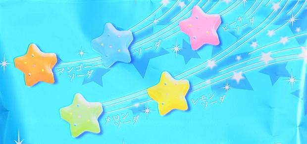 """扇雀屋 五种水果苏打汽水流星糖 向星星许愿 来自星星的你 扇雀屋的糖果注定要卖萌卖到底了,这款新品又将会是让你爱不释手的一款糖果。记得以前曾经有过一款类似的,但今年带来的味道更丰富!微微发亮的蓝色,像极了星空的颜色,远处飞来5颗大大的流星,快点向它许愿吧~是不是也不由得让你想起""""来自星星的你""""呢? 五种水果苏打汽水口味,分别是芒果汽水味、苏打汽水味、桃子汽水味、甜瓜汽水味和柠檬汽水味。每颗糖果都是星星的形状,颜色也都不同,糖果里面还添加了微微发泡口感的粒子哦,应该会有流星在嘴里跳"""